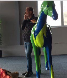 Med grøn hest